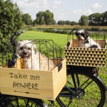 "Beeztees Houten fietsmand met korf ""Take me anywhere"" www.hipdogs.nl"